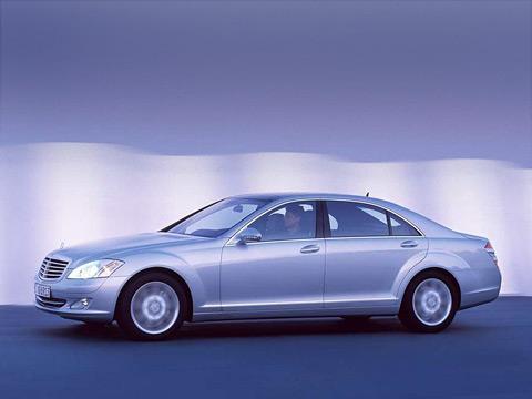 Mercedes s. Новый Mercedes-BenzS-класса уже продаётся вРоссии. Автомобиль стал ещё больше ироскошнее, что подчёркивает иего новый, немного грубоватый дизайн.