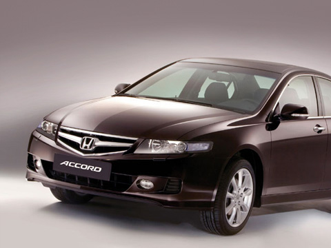 Honda accord. Внешность Honda Accord почти неизменилась, ноновая хромированная решётка радиатора сделала еёсерьёзнее.