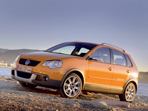 Volkswagen crosspolo,Volkswagen polo. Volkswagen Crosspolo стал выглядеть более задиристо, итеперь даже слегка напоминает внедорожник. Нокроме повышенного клиренса, технических изменений внём нет.
