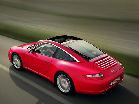Porsche 911. Вдобавок кимеющимся версиям купе икабриолет, теперь 911имеет и«промежуточную» версию Targa субирающейся стеклянной крышей.