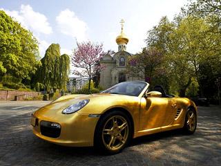 Porsche boxster. Смотрится золотой Porsche иправда сногсшибательно. Вот только наночь наулице его можно оставить только вцивилизованной Европе.