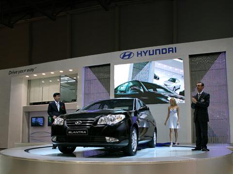 Hyundai elantra. Главным объектом настенде Hyundai даиодним изсамых важных навсём автошоу стала новая Elantra.