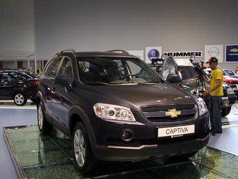 Chevrolet captiva,Chevrolet epica. Внешность Chevrolet Captiva, хоть иневыделяется яркими дизайнерскими идеями, новполне приятна. Иужточно лучше некоторых корейских «изысков».