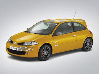 Renault megane,Renault megane f1 team r26. Сквозь 18-дюймовые колёса проглядывают красные суппорты мощных тормозных механизмов Brembo— отнюдь нелишняя деталь для столь быстрого автомобиля.