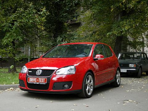 Volkswagen golf gti. Впростом московском дворе скромный трёхдверный хэтчбэк невызывает уокружающих ровным счётом никаких эмоций. Конечно, кроме тех, кто понимает.