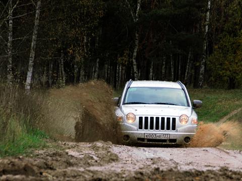 Jeep compass. Compass— первый кроссовер марки Jeep. Нонесмотря насвоё «паркетное» предназначение, оннеплохо лазит погрязи.