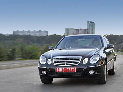 Mercedes e. Mercedes-Benz даже в«базовой» версии Е-класса верен себе: солидность ипрестиж— кредо этого седана.