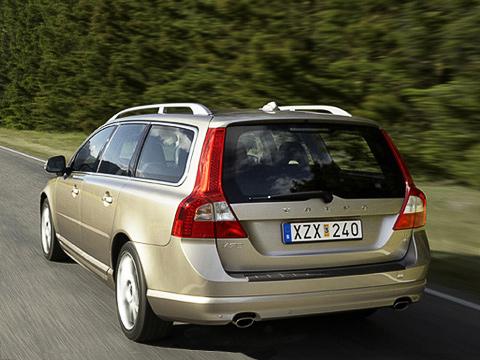 Volvo v70. Вотличие отпредшественника, новый V70сделан набазе седана S80, анеS60. Азначит, онстанет ещё более комфортным иещё более дорогим.