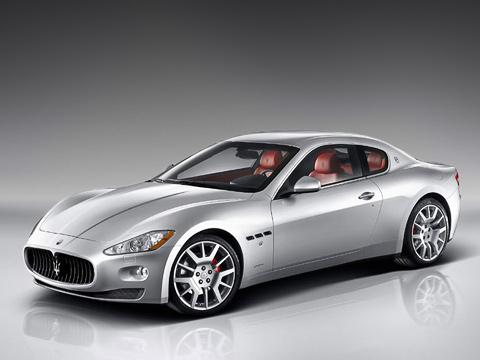 Maserati granturismo. Длинный капот, рельефные крылья и фирменный овальный воздухозаборник, в центре которого красуется трезубец, — это стопроцентный Maserati.