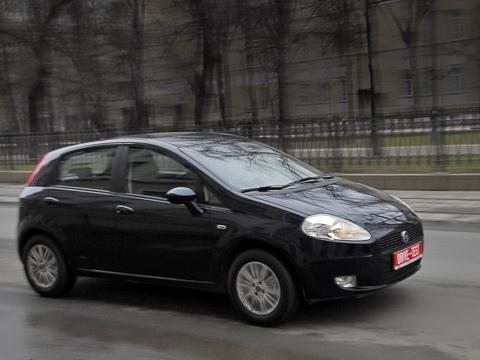 Fiat grande punto. Сложно представить, что машина с77-сильным моторчиком объёмом 1,4литра может подначивать водителя наактивную езду. Ноэтотак.