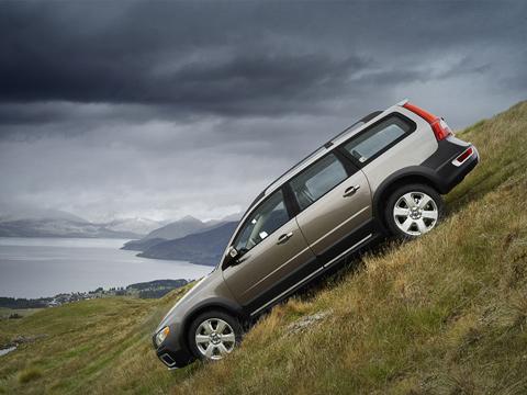 Volvo xc70. Элегантный исолидный внешний вид немешает Volvo XC70месить грязь. Более того— онпроделывает это судовольствием.