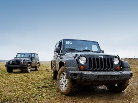 Jeep wrangler. Необманывайтесь несерьёзной внешностью Jeep Wrangler. Это хоть иигрушка, нововсе немягкая ипушистая.