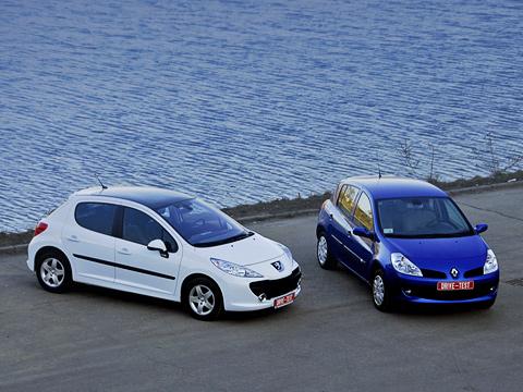 Peugeot 207,Renault clio. Эти две очаровашки— недля тех, кто подходит квыбору автомобиля, вооружившись таблицами икалькулятором. Такие машины выбирают сердцем.