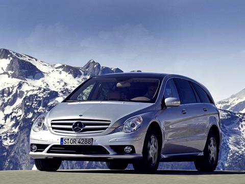 Mercedes r. 99%людей врядли отличат обновлённый Мерседес R-класса отстарого. Остаётся вооружиться фотографией предшественника иобнаружить новые противотуманки дачуточку изменённый бампер.