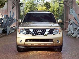 Nissan pathfinder. Раньше Pathfinder мог тягать прицепы массой всего лишь 2,7тонны. Нотеперь ему позубам соперничать сгрузовиками.