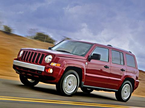 Jeep liberty. Согласитесь, что гранёный лупоглазый джипчик смотрится довольно мило. Самая простая версия «Свободы» вРоссии обойдётся в25800евро.