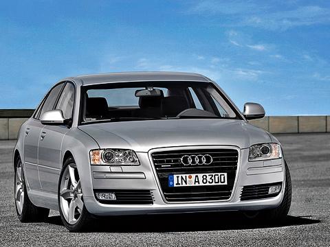 Audi a8. Внешность модернизированной версии изменили совсем немного. Другими стали решётка радиатора, противотуманные фары, назеркалах появились указатели поворота.