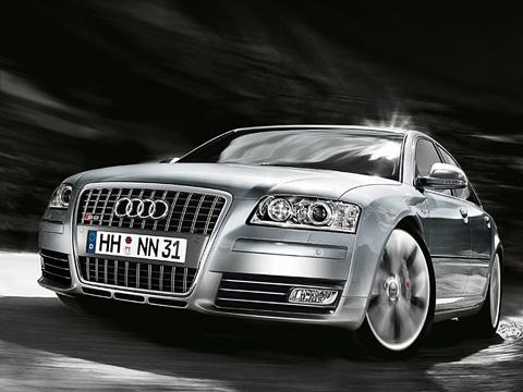 Audi s8. Внешне модернизация для S8прошла практически незаметно. Лишь самые наблюдательные смогут узнать новинку впотоке спервого взгляда.