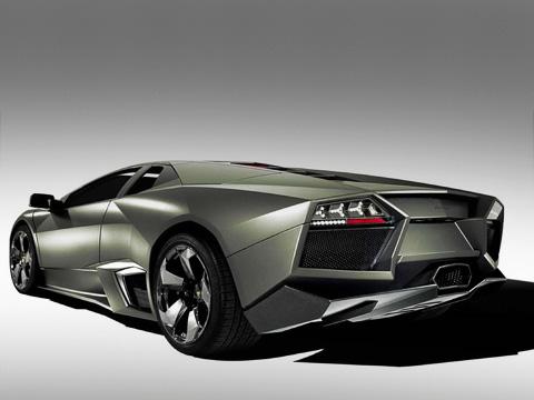 Lamborghini reventon. Представлены вLamborghini Reventon инесколько технических новшеств. Например, колёсные диски спроектированы так, что они быстро выводят нагретый воздух оттормозов, авзадних фонарях используются теплостойкие светодиоды.