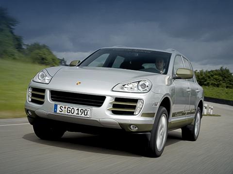 Porsche cayenne,Porsche cayenne hybrid,Porsche concept. Гибридную версию проще всего отличить позалихватской надписи набоковине. Впрочем, нефакт, что она останется насерийных экземплярах. Итогда положение будет спасать исключительно шильдик назадней двери.