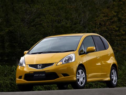 Honda fit,Honda jazz. НondaFit, запределами Японии именуемая Jazz, выпускается с2001года. Заэто время выпущено более двух миллионов машинок.