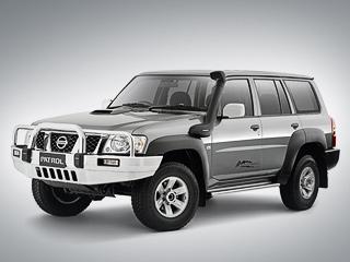 Nissan patrol. Вкачестве трансмиссии для Patrol DXWalkabout можно выбрать как 5-ступенчатую «механику», так и4-диапазонный «автомат». Кстати, доступных цветов кузова тоже два: белый исеребристый.