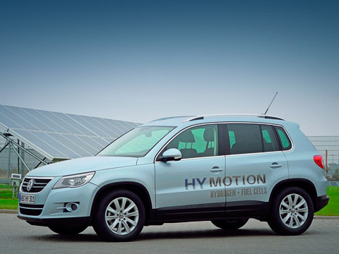 Volkswagen tiguan,Volkswagen tiguan hymotion,Volkswagen concept. Сполностью заряженными аккумуляторами наодной водородной заправке Tiguan HyMotion может проехать 235километров.