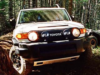 Toyota fj cruiser. Абсолютно все выпущенные внедорожники ToyotaFJCruiser Trail Teams окрасят вбело-чёрные тона. Вот только изскольки именно экземпляров будет состоять эксклюзивная серия— чёрт его знает.