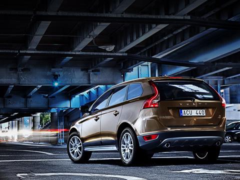 Volvo xc60. Новый компактный кроссовер Volvo красив слюбого ракурса. Сзади взгляд притягивают причудливые фонари, вкоторых красиво изгибаются полоски светодиодов.