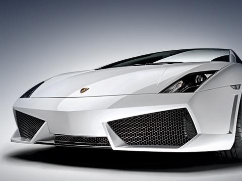 Lamborghini gallardo,Lamborghini gallardo lp560. Как иLamborghini MurcielagoLP640, «младшенькая» GallardoLP560-4 получила весьма агрессивные увеличенные воздухозаборники. Авобновлённой головной оптике появились светодиодные «дневные» секции.