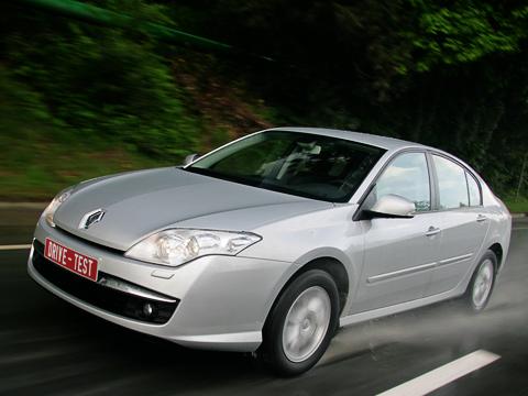 Renault laguna. Досих пор хэтчбек Renault Laguna значился унас ваутсайдерах классаD, апродажи универсала исчислялись десятками. Новая Laguna пытается вырваться впервые ряды.