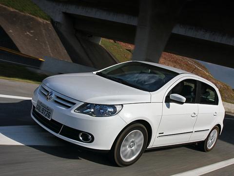 Volkswagen gol. Слитровым мотором Gol разгоняется досотни за13,4с,а максимальная скорость— 167км/ч (12,9си169 км/ч наэтаноле). Сдвигателем 1.6хэтч быстрее— за9,8сдо 100км/ч и190км/ч максималки (9,6си192 км/ч наэтаноле).