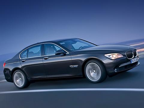 Bmw 7. Предыдущая «семёрка» стала самой успешной вистории BMW, новсё равно продавалась хуже S-класса. Так что уконсерватизма нового седана есть иэкономическая подоплёка.