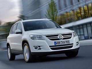 Volkswagen tiguan. Два цвета предлагаются бесплатно: белый исиний. Залюбой издевяти оттенков «металлика» или «перламутра» придётся доплатить 11408рублей.