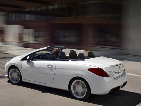 Peugeot 308. Peugeot снова напоминает, кто первым применил складной жёсткий верх ещё в30-х годах. Нынче конкурентов укупе-кабриолетов Peugeot— выше крыши.