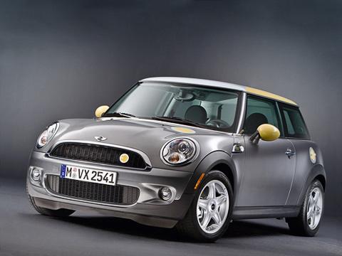 Mini e. Насамом деле Mini E— несамый практичный автомобиль. Межсервисные ТОкаждые 5000км(или раз вполгода), авместо заднего дивана— комплект жизненно необходимых аккумуляторов весом 260кг.