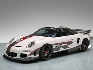 Porsche 911. Многочисленные воздухозаборники, развитый аэродинамический обвес, иная конструкция задней части ибольшое антикрыло— наскоростях в400км/ч это всё понадобится. Мотор расположен вбазе для лучшей развесовки.
