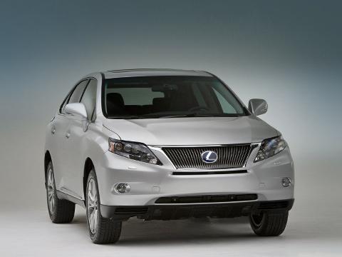 Lexus rx. Передняя подвеска— настойках McPherson, задняя— новая, двухрычажная. Пословам создателей, такая схема позволила опустить пол, увеличив на5%багажный отсек.