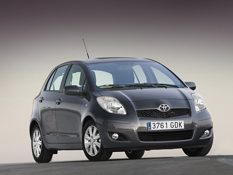 Toyota yaris. Обновлённый автомобиль Toyota Yaris можно узнать поиной форме фар, новому переднему бамперу ипосуженной решётке радиатора. Продажи вЕвропе стартуют вначале 2009года. Цены пока необъявлены.