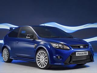 Ford focus,Ford focus rs. Серийная версия хэтчбека получила окрашенные вчёрный цвет фальшрадиаторную решётку, задний спойлер идиффузор, атакже колёсные диски размерностью 19дюймов.