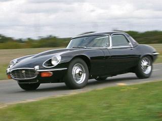Jaguar e-type. Jaguar E-Type был иконой 60-х годов. Затринадцать лет сборки сконвейера сошло 72529автомобилей. Минула треть века— инасвет появился 72530-й посчёту родстер.