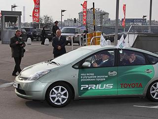 Toyota prius. ВМоскве 80%вредных выбросов ватмосферу приходятся надолю выхлопных газов автомобилей. Поэтому мэр поощряет покупателей малолитражек исажает чиновников нагибриды. Засчёт наивных автопроизводителей?