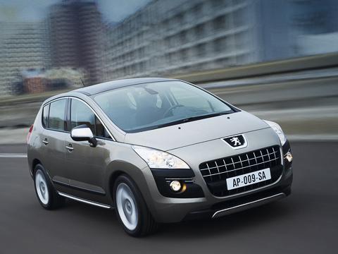 Peugeot 3008. Передок хоть истрашненький, зато коэффициент лобового сопротивления— всего 0,29. Топливо экономят ивсесезонные шины Michelin снизким сопротивлением качению.