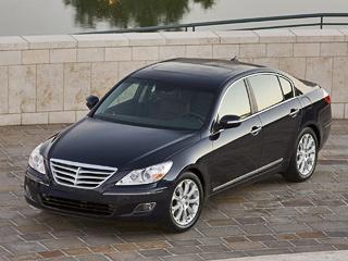 Hyundai genesis. Говорят, седан Hyundai Genesis похож на«пятёрку» BMW. Цены почти совпадают. Вот только BMW за1,6миллиона рублей— это «пустая» 156-сильная версия 520i.