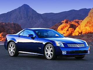 Cadillac xlr. CadillacXLR оснащается 320-сильным двигателемV84.6 ишестиступенчатым «автоматом». Однако есть версия и«погорячее» под названиемXLR-V. Её«сердце»— моторV84.4 сприводным нагнетателем. Мощности 443л.с. хватает для того, чтобы разогнаться досотни за4,6с.