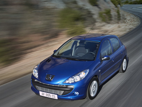 Peugeot 206,Peugeot 206 plus. ОтPeugeot 207умодели— только передний бампер, фары дакапот. Впрочем, издалека или глядя взеркало заднего вида, спутаешь, как нечего делать.