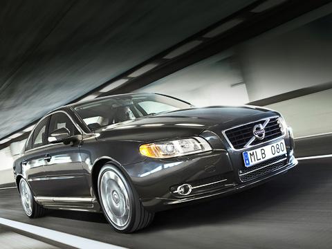 Volvo s80. Дизайнеры Volvo говорят, что, несмотря наболее элегантный внешний вид, автомобиль стал выглядеть злее. Увидишь взеркале заднего вида— сразу узнаешь.