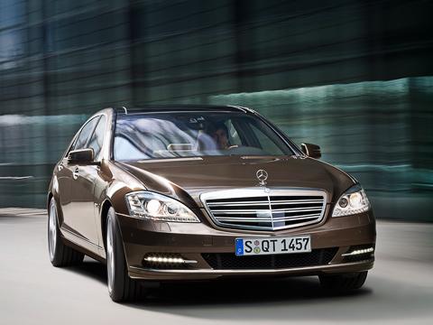 Mercedes s. Двойные горизонтальные полосы нафамильной фальшрадиаторной решётке, огни «дневного света» встиле новой «ешки», диодная подводка глаз-фар— отобраза веет женственностью.