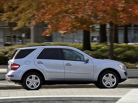 Mercedes ml. Гибридный Mercedes ML— автомобиль динамичный. До96км/ч кроссовер разгоняется за7,8с,четверть мили проходит за15,8с,а его максимальная скорость приближается к210км/ч.