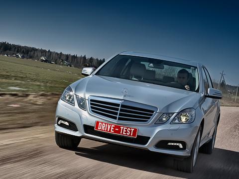 Mercedes e. Внешность очередного E-класса неизменно вызывает споры. Авот кего поведению надороге, как правило, вопросов невозникает. Ноненаэтот раз.